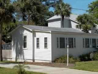 'Lovelly' CottageJust 2Blocks from the Open Ocean!, Tybee Island