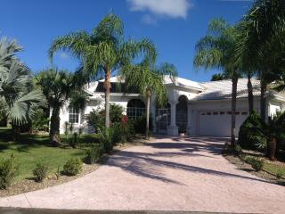 Beautiful home with Spectacular Pool-area, Lehigh Acres