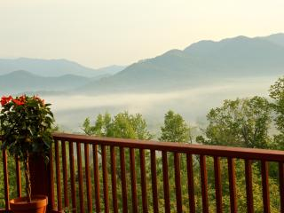 5-Stars Vacation Home Romantic Luxury Cabin w/ Beautiful Views!, Hayesville