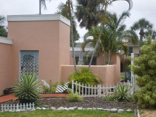 COURTYARD COTTAGE- walk to the beach, Fort Myers Beach