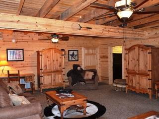All Wood Cabin with Private Hot Tub secluded HUGE, Ridgedale