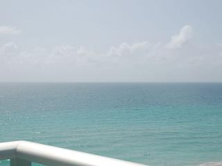 OCEANFRONT CONDO / CONDO DIRECTLY ON THE SEA, Hollywood