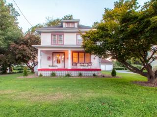 Whimsical 3BR Lancaster House w/Large Porch, Sewing Tables & Quilting Work