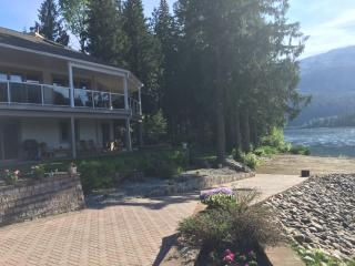 Peaceful 3 bd Executive Home on the Columbia River