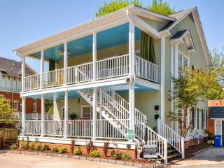 Attractive 2BR Greensboro Condo w/Wifi, Nice Front Porch & Energetic Views - Great Downtown Location! Close to Parks, Shops & Numerous Other Attractions