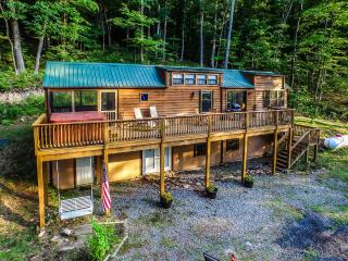 'WV Cabin in the Woods' Cedar 2BR Cabin in Lake Ferndale w/Wifi, 2 Lofts, Private Hot Tub, Huge Deck & Stunning Views - Near Lake Ferndale, Potomac River & Historical Sites!, Springfield