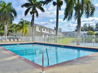 New Listing! Impressive 2BR Dania Townhome w/Covered Patio & Pool Access - Near Fantastic Fort Lauderdale Attractions & Just 7 Miles from the Beach!, Dania Beach