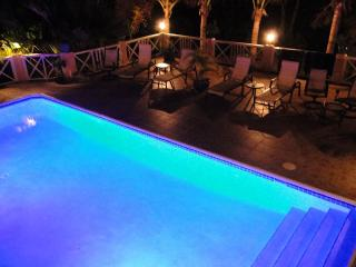 Villa Near Beach, Lush Garden, Chromatic Pool, Grace Bay