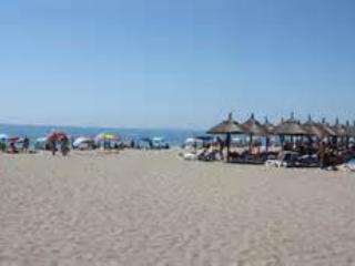 La plage avec promenade, restaurants et cafés