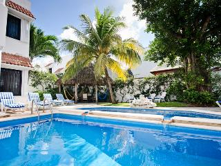 Wonderful location, pool, loaded with amenities, Cozumel