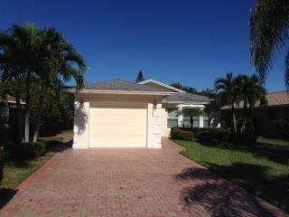 Great Naples Park Completely remodeled Home