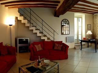 Grand salon avec 3 ouvertures externes, très lumineux