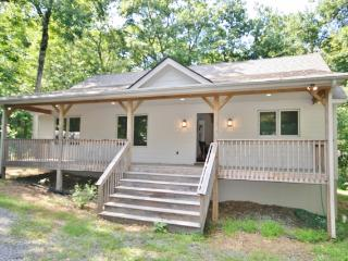 Comfortable 3BR Wintergreen House w/Wifi, Multiple Decks & Resort Shuttle Access - Walking Distance from Skiing, Golfing & More at Wintergreen Resort!