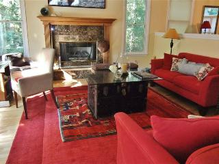 Nicely Furnished 5BR Home on Mattituck Inlet w/Gorgeous Views of Fall Foliage - Great Wine Country Location, Near Museums, Farms, Beaches, Restaurants, Shopping & More!