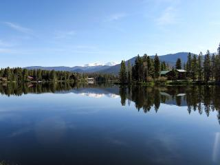 3 BR Log Home by Private Lake with Use of Boats & Bikes near RMNP