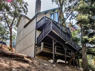Family Friendly 3BR Lake Arrowhead Cabin w/Wifi, Large Game Room, 2 Decks & Beautiful Mountain Views - Great for Kids, Near the Village, Hiking Trails, Beach Access & More!