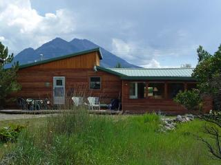Peaceful 2BR Emigrant Cabin on 10 Private Acres w/Majestic Views - Adjacent to