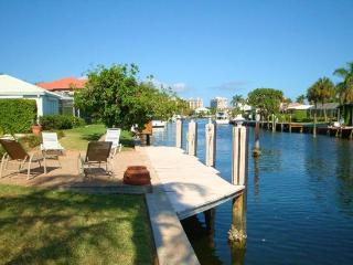 Spacious Tropical Waterfront Pool Home, Fort Lauderdale