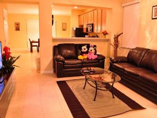 Paradise Cay - Beautiful Vacation Home, only 4 miles to Disney, Kissimmee