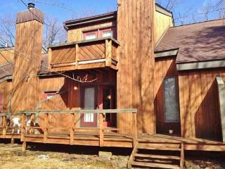 Outstanding 3BR Townhome in Big Boulder Resort w/Pool Access - Minutes from the Pocono Raceway, Penn's Peak & Other Attractions, Lake Harmony