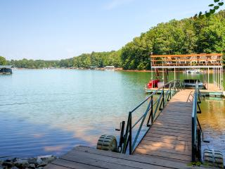 Welcoming Camp Ashton, 4BR Picturesque Waterfront House on Lake Hartwell w/ Sweeping Lake & Cove Views, Private Double-Decker Dock & Wifi - Close to Cashiers, Highlands, Greenville & Clemson University!