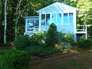 Quaint Thompson Lake Cottage!, Casco