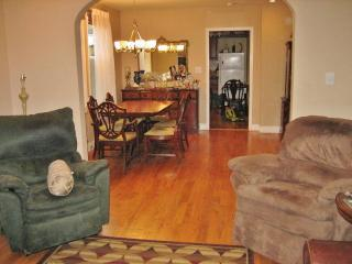 Lovely 2BR Duplex Home in New Orleans with Large Garden, Prime Location Just 10