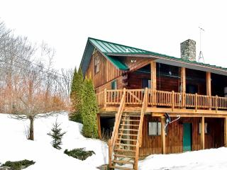Quaint & Rural 5BR St. Albans Log Home w/Stone Fireplace, Wifi & Complete Privacy - Easy Access to Snowmobile Trails, Acadia Nat'l Park & Many Other Attractions!, Saint Albans