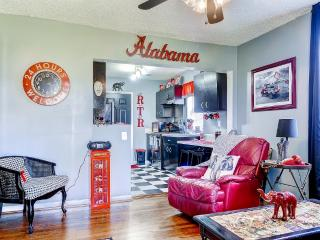 'Toomey's Corner' Splendid 2BR Tuscaloosa Condo w/Unique Alabama Decor & Wifi - Conveniently Located Only 1 Mile From Bryant-Denny Stadium & Campus!