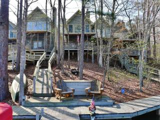 Spacious 3BR Waterfront Townhouse on Lake Martin w/Wifi, Deck & Private Dock - Close Proximity to Auburn University & Talladega Superspeedway!, Jacksons Gap