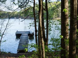 Quiet 2BR House on Lake Hartwell w/Private Floating Dock, Lake-Facing Deck & Wifi. Perfect for Lake Lovers and Clemson Football Fans!, Toccoa