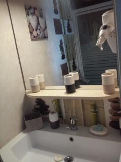 salle de bain équipé avec sèche cheveux et ses serviettes de bain