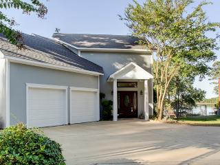 Exquisite 3BR Lakefront Benton Home w/Open Floor Plan, Whirlpool Tubs, Large