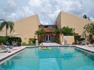 Fort Myers SUNsational Resort Style 1st floor condo, 2 bedrooms, fully furnished