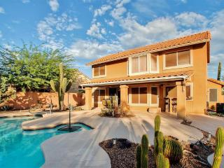 Dazzling 3BR Cave Creek House at Tatum Ranch Golf Club w/Wifi, Private Pool/Spa, Outdoor Kitchen & 9-Hole Putting Green - Minutes to PGA, Sports Venues & Old Car Auction!
