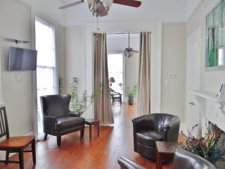 Charming 2BR New Orleans Apartment w/Wifi & Wraparound Balcony - Prime Location in Treme, Just 1 Block from the French Quarter & Armstrong Park!, Nouvelle-Orléans