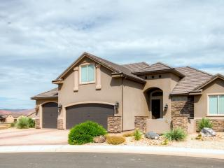 Incredible 4BR Hurricane House w/Jetted Bathtub, WiFi, Covered Private Patio & Spectacular Mountain Views - Just 1 Mile from Sand Hollow Reservoir! Easy Access to Several Renowned Scenic Parks!