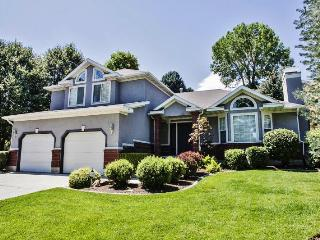 Incredible 4BR Sandy House - Secluded Suburban Living w/Large Deck & Wifi - Easy Access to Downtown Salt Lake City, Shopping, Skiing, & More! *Pet Friendly*