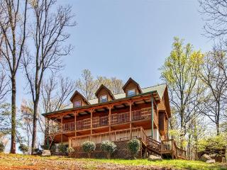 'Flying Eagle Lodge' Upscale 5BR Sevierville Log Cabin w/Wifi, Private Hot Tub & Stunning Wears Valley Views - Close to All Major Attractions in Pigeon Forge & Gatlinburg!