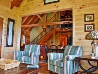 Superb 3BR Dahlonega Cabin in North Georgia's Wine Country w/Wifi, Large Deck & Breathtaking Mountain Views - Near Wineries & Vineyards, Hiking & More!