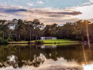 Private 40-Acre lake!! 4BR LaFayette Cabin, Nice Porch & Scenic Trails on Property - Great for Events, Large Gatherings and for Fishing, Easy Access to Golf and Historic Sites