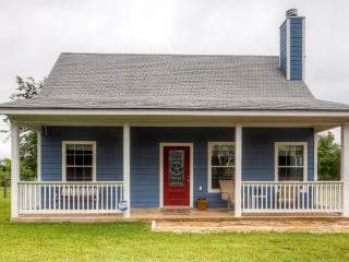 'The Blue Cottage Inn' Charming 3BR Blanco Cottage w/Wifi & Large Backyard – Close to Hill Country Wineries, Water Activities, Hiking & More!