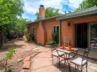 Charming Adobe-Style 2BR Santa Fe Home w/Wifi, Wood Burning Fireplace & Beautiful Patio - Fantastic Historic District Location on the East Side of Town!, Santa Fé