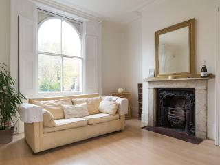 A lovely three-bedroom house on a charming street near De Beauvoir Square., London