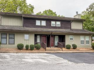 Delightful 3BR Bella Vista Townhome w/Wifi, Lovely Enclosed Patio & Terrific Golf Course Views - Minutes to All 6 Village Golf Courses, Crystal Bridges Museum & More!