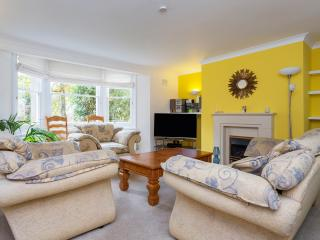A lovely two-bedroom ground floor apartment in friendly Wimbledon., Londres