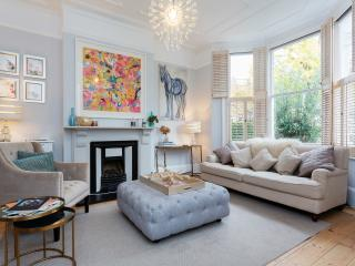 A beautiful three-bedroom family home next to Clapham Common., Londen
