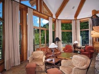 Lavish 5BR Vail House w/Private Hot Tub, Additional Sleeping Area & Luxurious