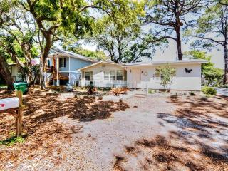 Enjoyable 3BR Tybee Island House w/Wifi, Large Side Yard & More - Walking Distance to the Beach, Restaurants & Lighthouse!, Isla de Tybee
