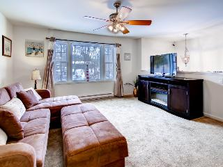 Tranquil 4BR Niantic House w/Wifi, Multiple Living Spaces & Private Beach Access - Close to Outdoor Activities, Museums, Casinos & More!, South Lyme